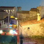 Incendi: magazzino in fiamme nel centro storico di Sellia