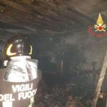 Incendio nel deposito di uno stabile a Catanzaro, notte di paura