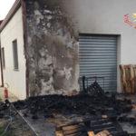 Lamezia: incendio distrugge cartoni e cataste di pedane