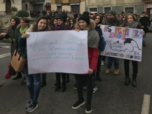Scuola: dirigente va via, studenti in piazza nel Catanzarese