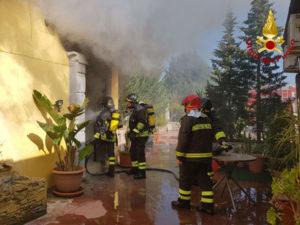 Incendio in un appartamento a Crotone, danni strutturali