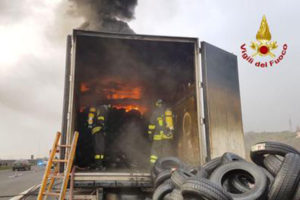 Tir in fiamme sull'A2 nel Cosentino, illeso il conducente
