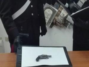 Pistola nel portaoggetti della Vespa, un arresto nel Reggino