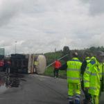 Incidenti: autocisterna con liquami si ribalta sull'A2, un ferito