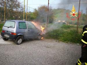 Auto in fiamme a Catanzaro, intervengono i Vigili