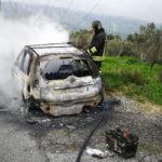 Autovettura distrutta dalla fiamme a Tiriolo