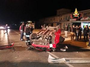 Incidenti stradali: auto e autofurgone si ribaltano sulla 106