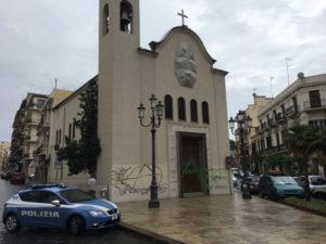 Imbratta il portone di una chiesa a Reggio Calabria, denunciato