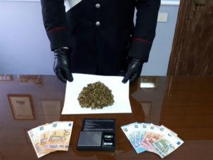 Droga: sorpreso a cedere marijuana 19enne arrestato dai Carabinieri