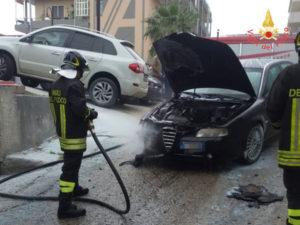 Auto in fiamme sulla strada statale 106 a Davoli