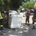 Lamezia: Renault 4 si ribalta in contrada Gabella, due feriti