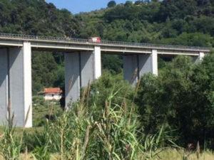 Lancia figlia dal ponte A14 e minaccia il suicidio