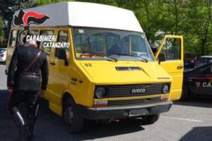 Gimigliano: dipendende infedele perfora pneumatici scuolabus