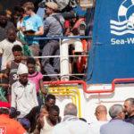 Migranti: in corso sbarco da nave Ong a Reggio Calabria