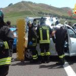 Incidenti stradali: scontro tra due auto sulla 106, due feriti