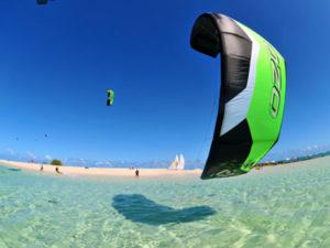 In mare per fare kitesurf finisce contro auto a Nicotera Marina