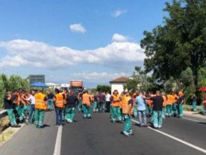 Lavoro: non ricevono stipendi, bloccata statale 106 a Rossano