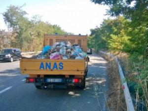 Anas: rifiuti sulla 106, a Ciro' in campo anche i volontari