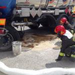 Autocisterna perde sostanza infiammabile, intervenuti i vigili del fuoco