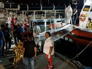 Migranti: in 56 in barca a vela sula costa di Crotone