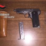 Minaccia con pistola ignari passanti, arrestato dai Cc a Tropea