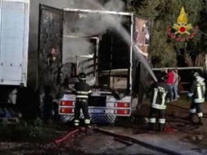 Automezzi in fiamme durante la notte nel Vibonese