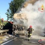 Autoarticolato in fiamme a Lamezia, disagi sulla strada statale 18