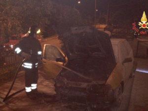 Fiat Punto distrutta da un incendio nella notte a Olivadi