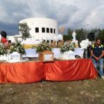 Maltempo: funerali all'aperto per Stefania, Cristian e Nicolo'