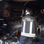 Fiamme in un magazzino nel Catanzarese, evacuato ufficio PT