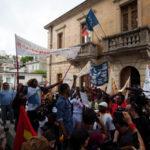 Migranti: Riace, tra pugni chiusi e Bella Ciao il corteo pro-Lucano