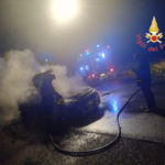 Auto a fuoco mentre e' in marcia, salvi passeggeri nel Catanzarese