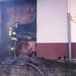 Capannone in fiamme a Catanzaro,vigili del fuoco ancora al lavoro
