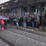 Lavoro: Calabria, continua presidio fuori stazione Lamezia Terme