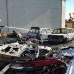 Danno fuoco a rifiuti e provocano incendio 2 auto nel Crotonese