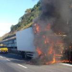 Incendi: autocarro in fiamme sulla A2, svincolo PIzzo