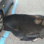 Voragine in strada a Catanzaro: auto danneggiate, traffico in tilt