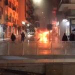Auto in fiamme nel centro di Cosenza, panico tra la folla