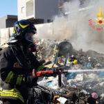 Incendio pneumatici nel campo rom di Lamezia, fumo invade ospedale