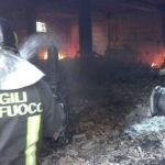 Deposito automezzi e attrezzi agricoli incendiato nel Vibonese
