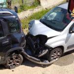 Incidenti: Fiat Punto impatta contro auto, ferito conducente
