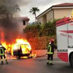 Auto in marcia brucia nel Catanzarese, illeso conducente