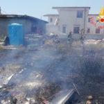 Incendio macchia mediterranea a Sellia Marina, distrutto capanno