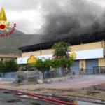 Incendi: magazzino commerciale in fiamme nel Cosentino
