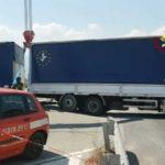 Camion bloccato su Ss 107, intervento dei vigili del fuoco