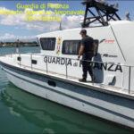 Barca a vela incagliata ai Laghi di Sibari soccorsa dalla Gdf