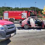 Incendi: auto in fiamme nel parcheggio del centro commerciale