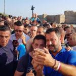 Salvini: bagno di folla e in mare a Isola Capo Rizzuto