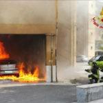 Crotone, auto in fiamme vicino ai tubi del gas, pompieri evitano peggio