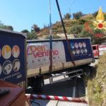 Autotreno carico di mangime si ribalta sulla provinciale 122